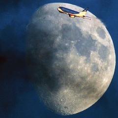 Flugzeug Fliegt Am Mond Vorbei